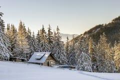 Panorama av vinterberg med hus av herdar Carpathia Royaltyfri Foto
