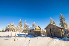 Panorama av vinterberg med hus av herdar Carpathia Arkivbilder