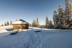 Panorama av vinterberg med hus av herdar Carpathia Royaltyfri Bild