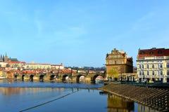 Panorama av Vltava och Hradcany, Prague, Tjeckien Royaltyfri Fotografi