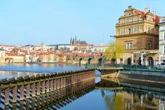 Panorama av Vltava och Hradcany, Prague, Tjeckien Royaltyfri Foto