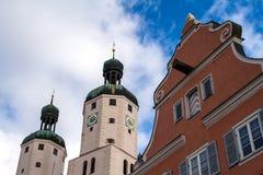 Panorama av Wemding med kyrkan för St. Emmeram i bakgrunden Arkivfoto