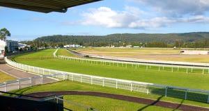 Panorama av wi för ett spår för hästkapplöpning för grönt gräs för land australiska Fotografering för Bildbyråer