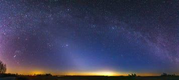 Panorama av Zodiacal ljus och Vintergatan på en härlig natt arkivbilder