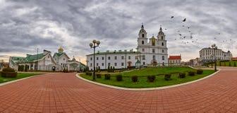 Panorama avec des colombes volant au-dessus de la cathédrale de Svyato-Duhov (esprit de saint) à Minsk, capitale du Belarus Image libre de droits