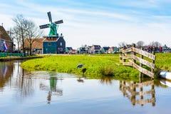 Panorama avec des moulins à vent dans Zaanse Schans, village traditionnel, Pays-Bas, la Hollande-Septentrionale Photographie stock libre de droits
