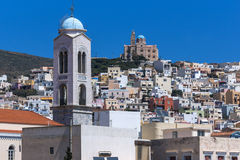 Panorama avec le beffroi des églises dans la ville d'Ermopoli, Syros, Grèce Image libre de droits