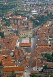 Panorama avec le grand dos d'échecs et le château images stock