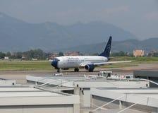 Panorama azul Boeing 737 na pista de decolagem em Orio al Serio Fotos de Stock Royalty Free