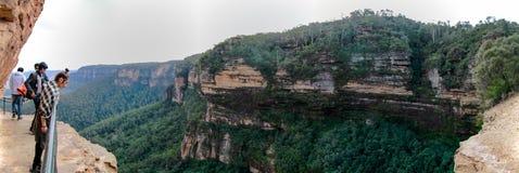 Panorama azul de la montaña la tierra y el cielo Imagen de archivo