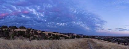 Panorama azul de la puesta del sol de las colinas del EL Dorado imagenes de archivo