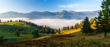 Panorama azul de las montañas foto de archivo