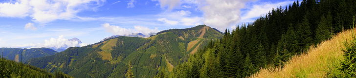 Panorama azul de las montañas del verde amarillo Foto de archivo