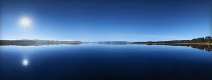 Panorama azul del lago Imagen de archivo libre de regalías