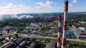 Panorama- bästa sikt av det industriella landskapet av teknologiska rör och växtinställningar footage industriell produktion royaltyfria bilder