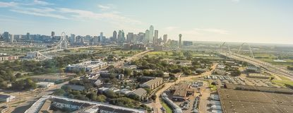 Panorama- bästa sikt Dallas Downtown från Treenighetdungar med blå himmel för moln arkivbild
