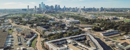 Panorama- bästa sikt Dallas Downtown från Treenighetdungar med blå himmel för moln royaltyfri bild