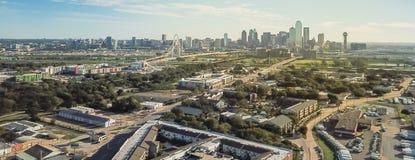 Panorama- bästa sikt Dallas Downtown från Treenighetdungar med blå himmel för moln royaltyfria foton