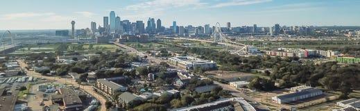 Panorama- bästa sikt Dallas Downtown från Treenighetdungar med blå himmel för moln royaltyfria bilder