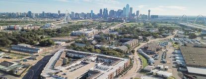 Panorama- bästa sikt Dallas Downtown från Treenighetdungar med blå himmel för moln fotografering för bildbyråer