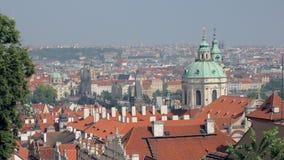 Panorama- bästa sikt på den Prague staden med röda tak och kupoler av kyrkor lager videofilmer