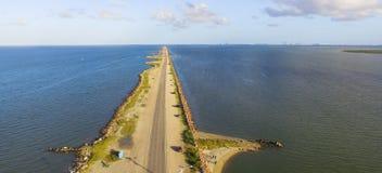 Panorama- bästa sikt Texas City Dike med träfiskepir royaltyfri foto