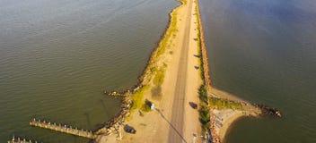 Panorama- bästa sikt Texas City Dike med träfiskepir royaltyfria bilder