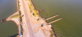 Panorama- bästa sikt Texas City Dike med träfiskepir arkivbild