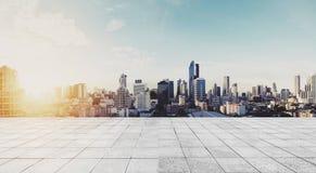 Panorama- Bangkok stad i soluppgång med det konkreta golvet royaltyfria foton