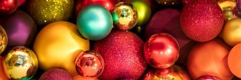 Panorama, Banner, veel kleurrijke Kerstmisballen Stock Afbeeldingen