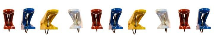 Panorama barwioni clothespins na białym odosobnionym tle obrazy royalty free