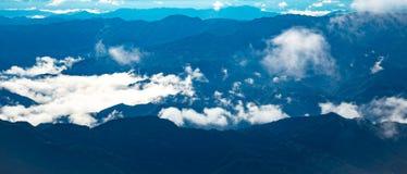 Panorama beautyiful chmura pławik nad górą zdjęcia stock