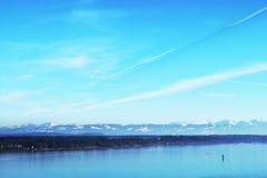 Panorama Belle vue spectaculaire au-dessus de Bodensee Surface calme de l'eau et crêtes neigeuses des montagnes la journée de pri photographie stock