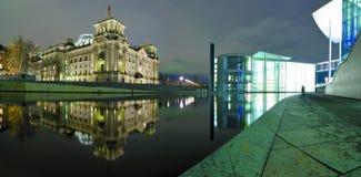 Panorama Berlín en la noche imágenes de archivo libres de regalías