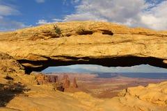 Panorama- beskåda av berömd Mesa-båge Canyonlands har mer än 80 naturliga bågar - den Canyonlands nationalparken, Utah, USA arkivbild