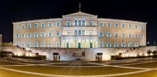 Panorama- beskåda av den grekiska parlamentbyggnaden på natten, Athens Royaltyfria Bilder