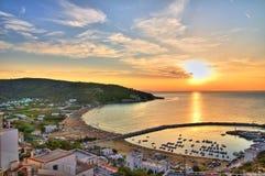 Panorama- beskåda av Peschici. Puglia. Italien. arkivbild