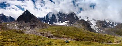 Panorama- beskåda av savlo vaggar vänder mot - altaien spänner Royaltyfri Bild