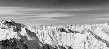 Panorama in bianco e nero delle montagne nevose nel giorno di inverno piacevole Fotografia Stock Libera da Diritti