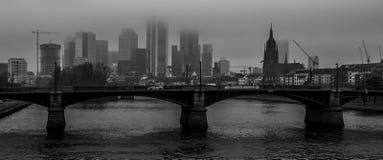 Panorama in bianco e nero sul fiume a Francoforte, Germania fotografia stock