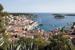 Panorama bij haven in Hvar stock afbeelding