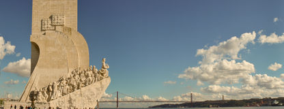 Panorama bij Padrão-het monument van Dos Descobrimentos, de Tagus-rivier, 25 DE Abril Bridge en het standbeeld van Cristo Rei in Stock Afbeeldingen