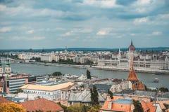 Panorama bij rivier Donau en het Parlementsgebouw in Boedapest, Hongarije Royalty-vrije Stock Foto's