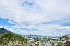 Panorama bij Tbilisi en Heilige Berg van Metekhi-kant stock foto's