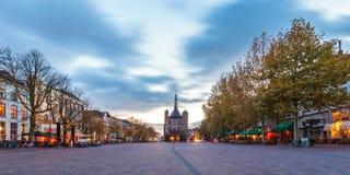 Panorama- bild av den centrala fyrkanten i den historiska holländska staden Royaltyfria Bilder