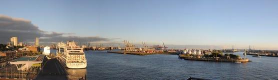 Panorama- bild av den Hamburg hamnen Fotografering för Bildbyråer
