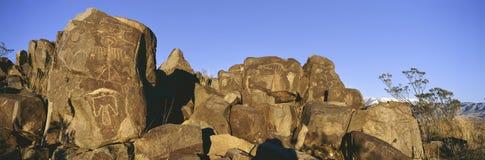Panorama- bild av petroglyphs på platsen för Petroglyph för tre floder den nationella, byrå för a (BLM) av landledningplatsen, sä Royaltyfri Fotografi