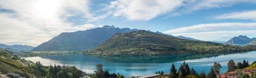 Panorama- bild av sjön Wakatipu, Nya Zeeland Royaltyfri Fotografi