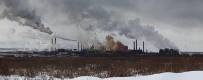 Panorama- bild av vinterlandskapet med industrianläggningen Arkivfoton