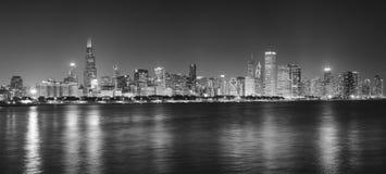 Panorama- bild för svartvit natt av Chicago stadshorisont Arkivbild
